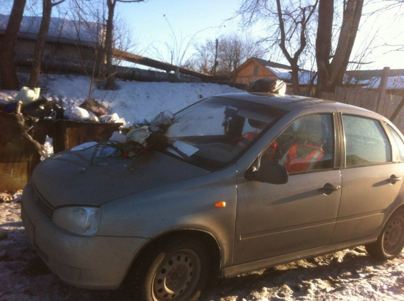 Кировчане завалили мусором неправильно припаркованную машину