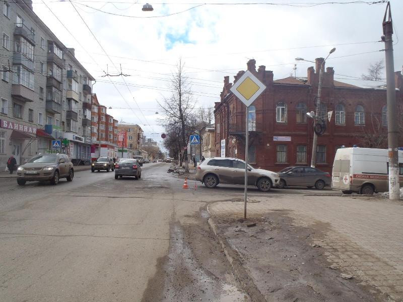 На Октябрьском проспекте под колеса авто попала 16-летняя девушка