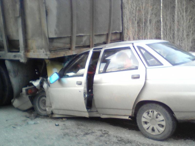 """На трассе """"десятка"""" оказалась под прицепом грузовика"""