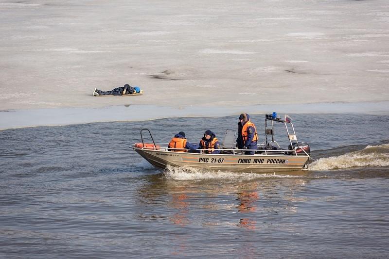 Кировские спасатели сняли со льдины человека