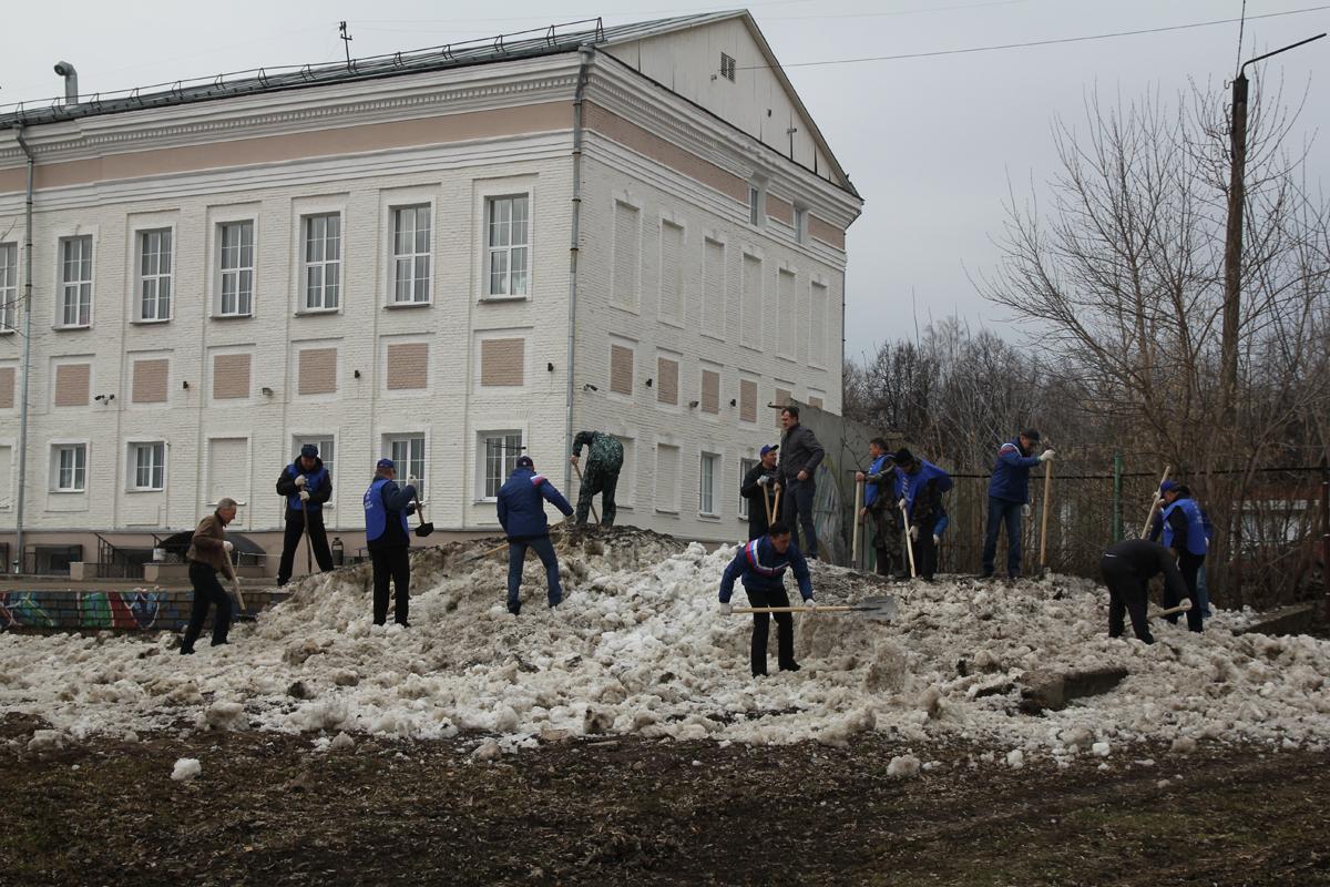 Игорь Васильев вышел на субботник на набережной Вятки