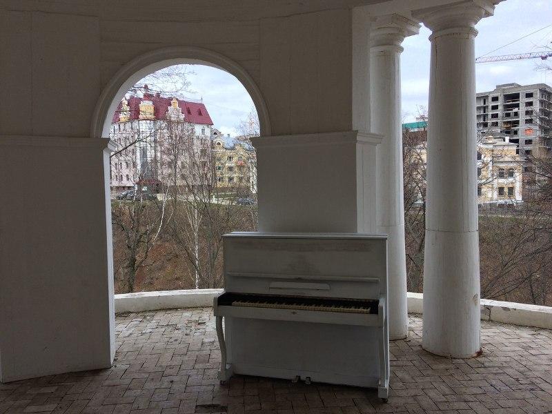 В Александровском саду появилось белое пианино (+ВИДЕО)