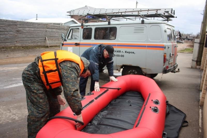 Спасатели круглосуточно дежурят в затопленных районах