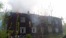 Спасатель вынес из горящего здания четырех детей