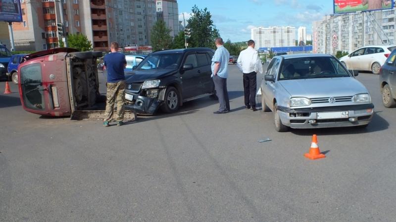Из-за аварии с участием трех машин на оживленной улице образовалась пробка