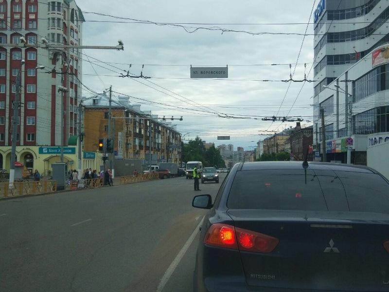 В Кирове на улице Ленина образовалась пробка из-за светофора