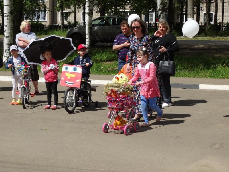 """Жители Кировской области изготовили коляску """"поезд динозавра"""""""