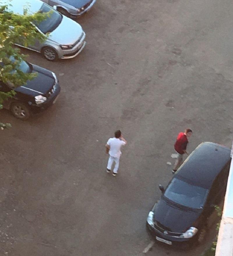 Двое кировчан били кулаками по припаркованным машинам