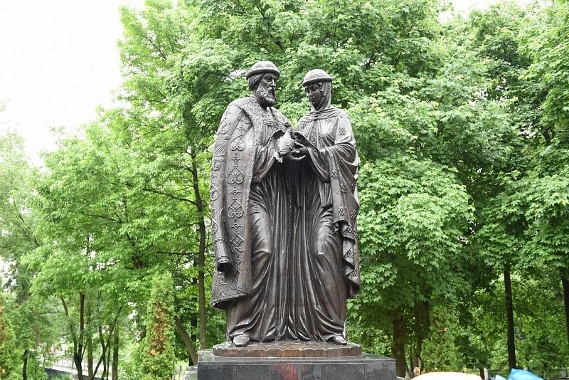 Перед выходными в Кирове приведен в порядок памятник Петру и Февронии