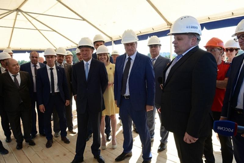 Глава «Газпрома» проверил, как идёт строительство легкоатлетического манежа в Вересниках