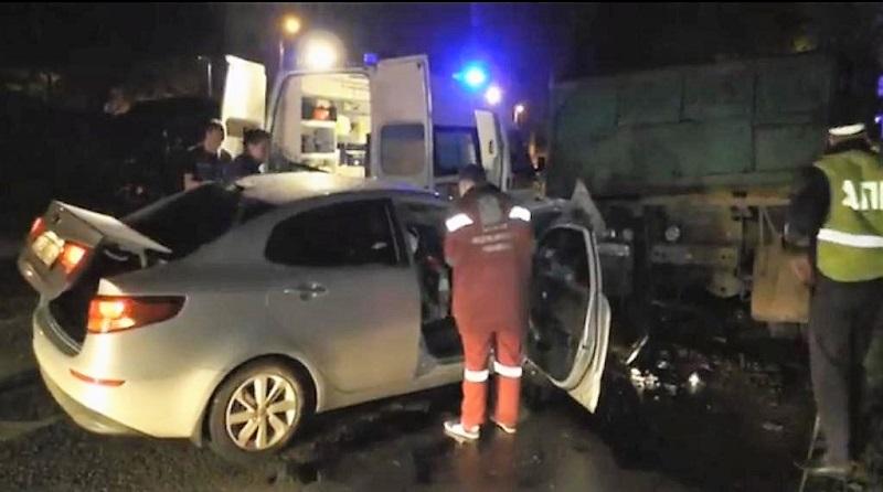 Двойное ДТП на пустом ночном проспекте: водитель засмотрелся на аварию
