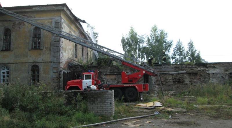 Пожарные до утра тушили бывшее здание военной комендатуры