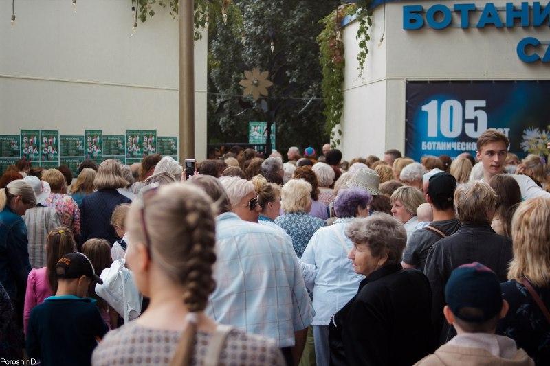 На открытие ботанического сада люди выстроились в очередь, растянувшуюся на квартал