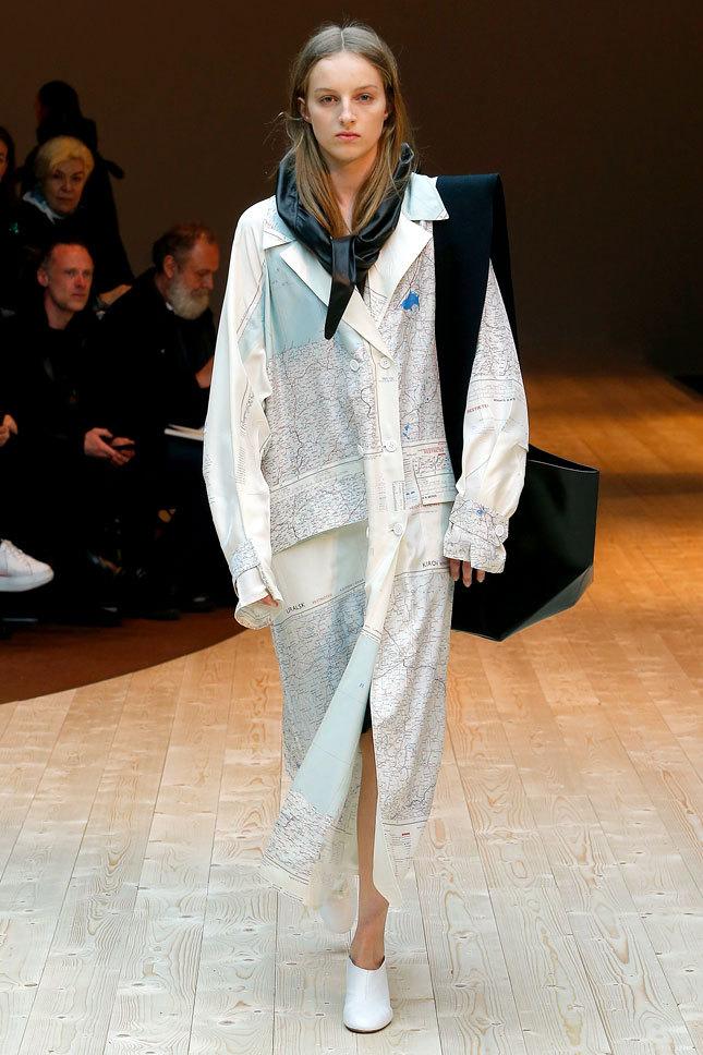 Киров попал на стильный плащ от французского дома моды