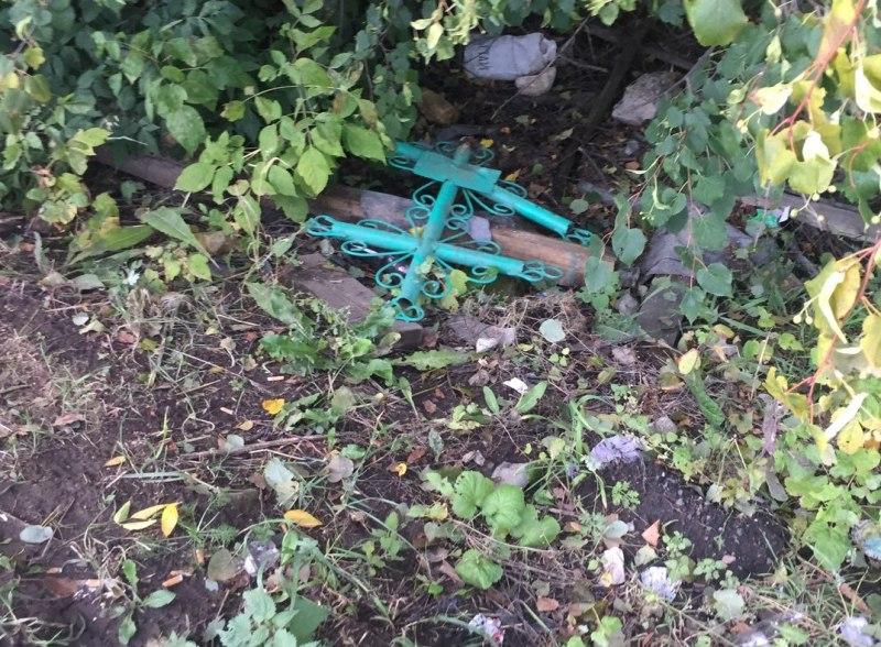 С котельничского кладбища вырвали крест
