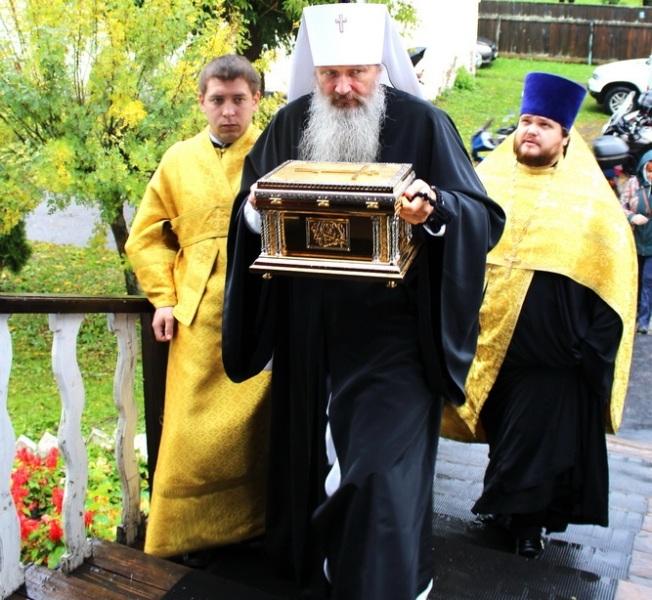 Владыка подарил нижнеивкинскому храму мощи девяти святых