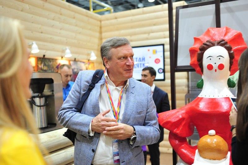 Игорь Васильев осмотрел стенд Кировской области в Сочи