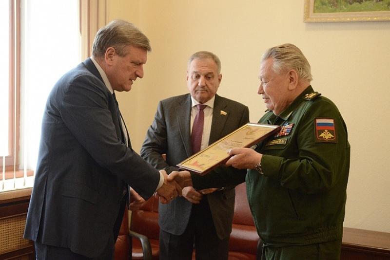 Сергей Шойгу наградил Игоря Васильева почётной грамотой
