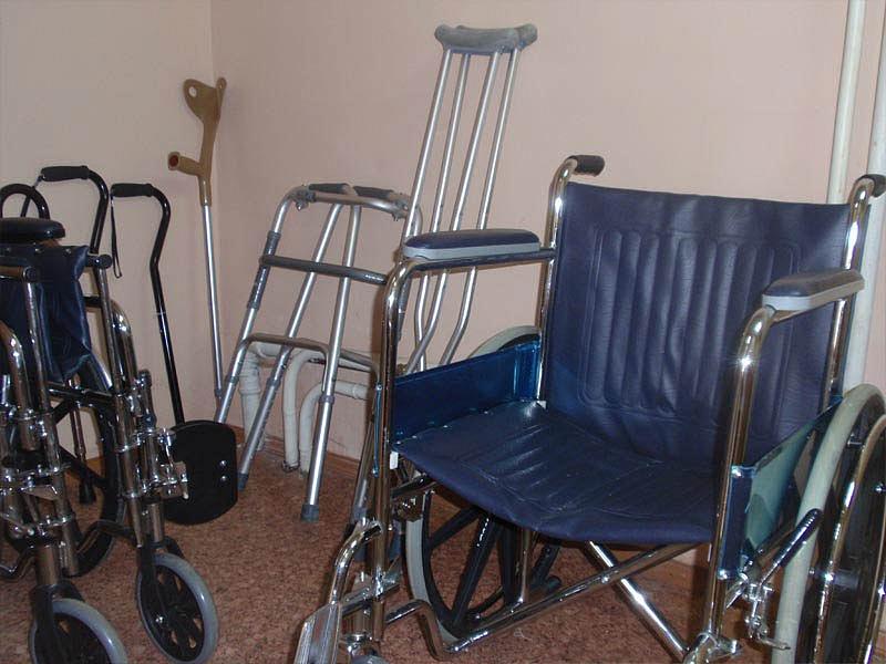 Кировским инвалидам выдадут костыли икресла-коляски напрокат