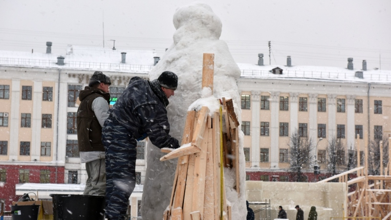 ВКиров привезли лед для оформления Театральной площади