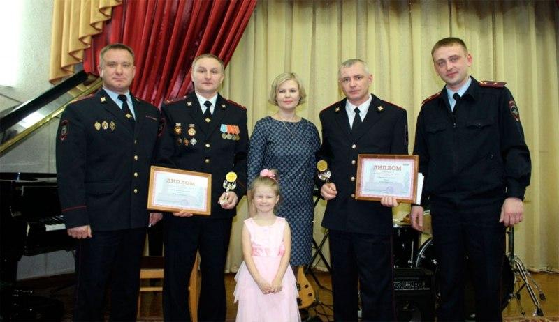 ВКирове наградили автоинспекторов, которые спасли семью изгорящего дома
