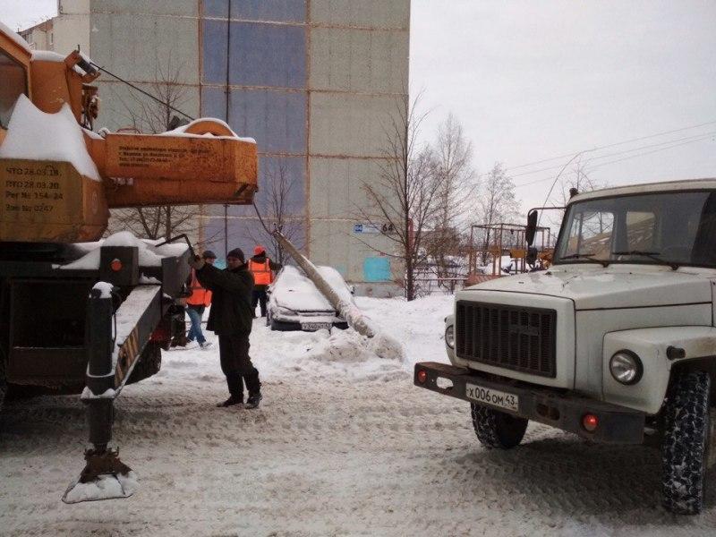 В Кирове водители спецтехники повредили пару машин