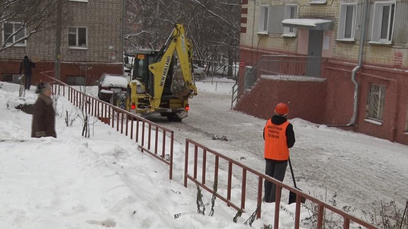 В Кирове начали убирать снег и сосульки с крыш