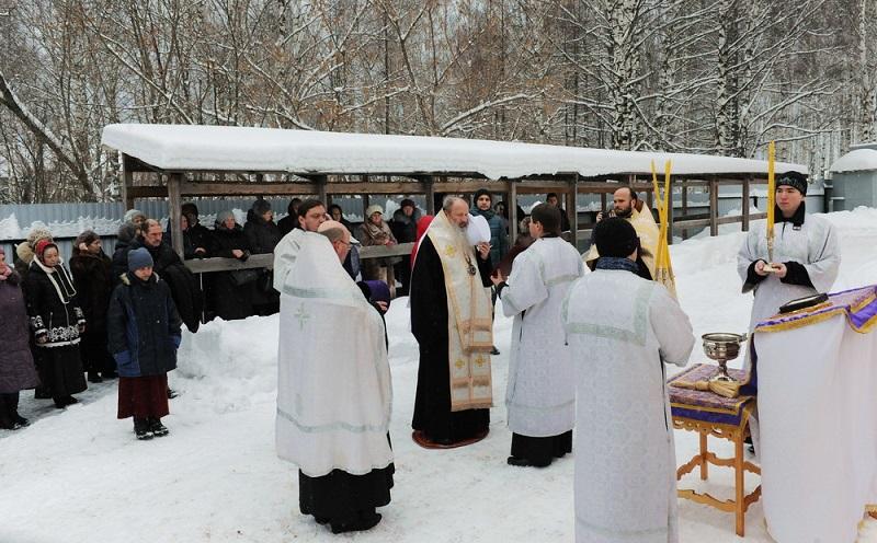 Владыка Марк освятил крест и купол на храме в поселке Юрья (+ФОТО)
