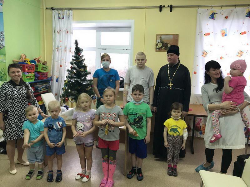 Священники устроили праздник для пациентов детского отделения кировской гематологической клиники
