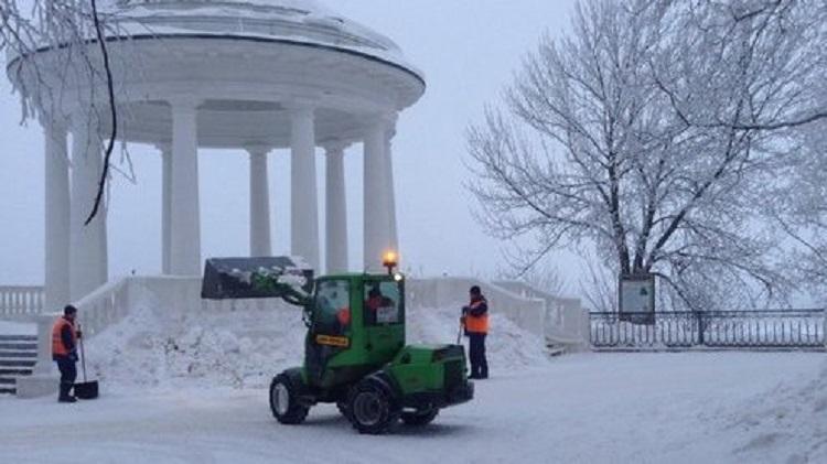 Ротонды в Александровском саду впервые за зиму очистили от снега (+ФОТО)