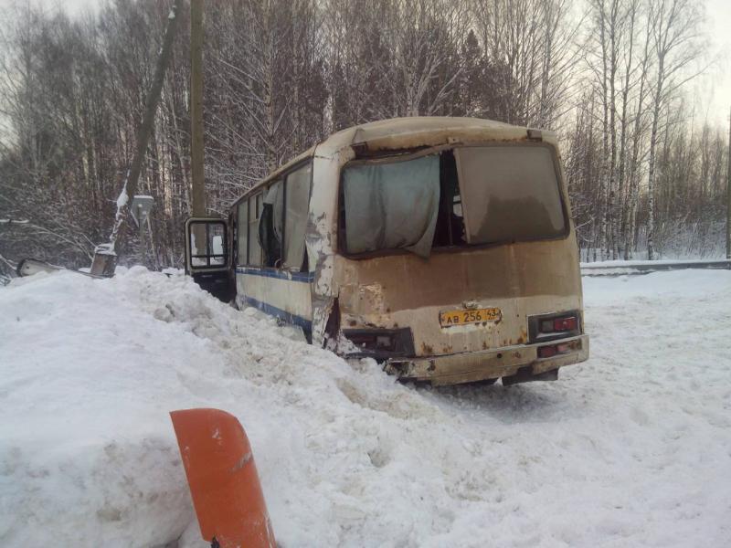 """На трассе """"Вятка"""" столкнулись фура и автобус с пассажирами"""