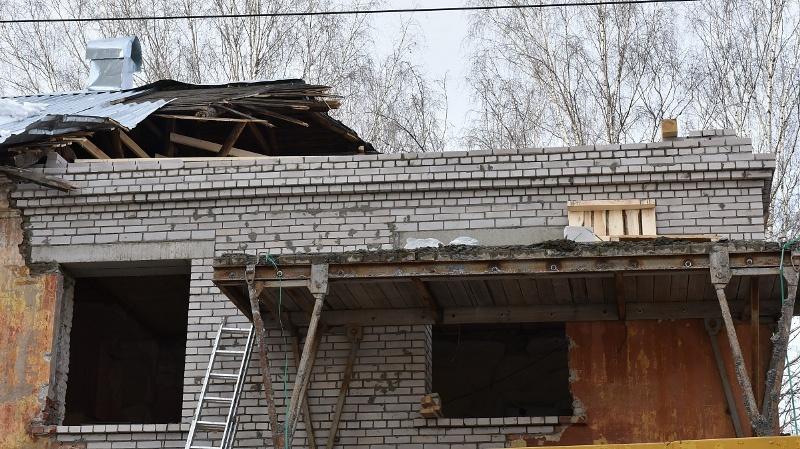 В Кирове начали ремонт дома, разрушенного краном