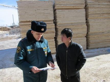 Сотрудники МЧС объяснили правила пожарной безопасности китайцам