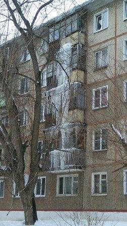 В Кирове убирают сосульку длиной в три этажа