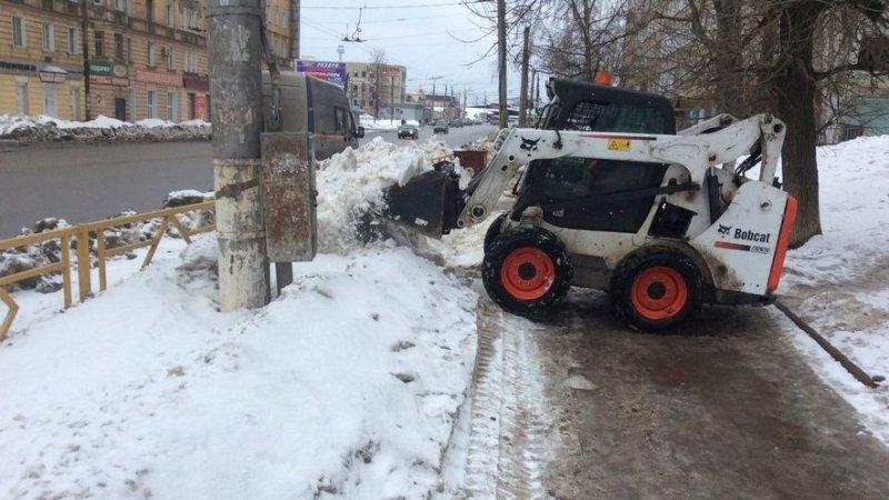В Кирове занялись водоотведением: чистят ливнёвки и активно вывозят снег