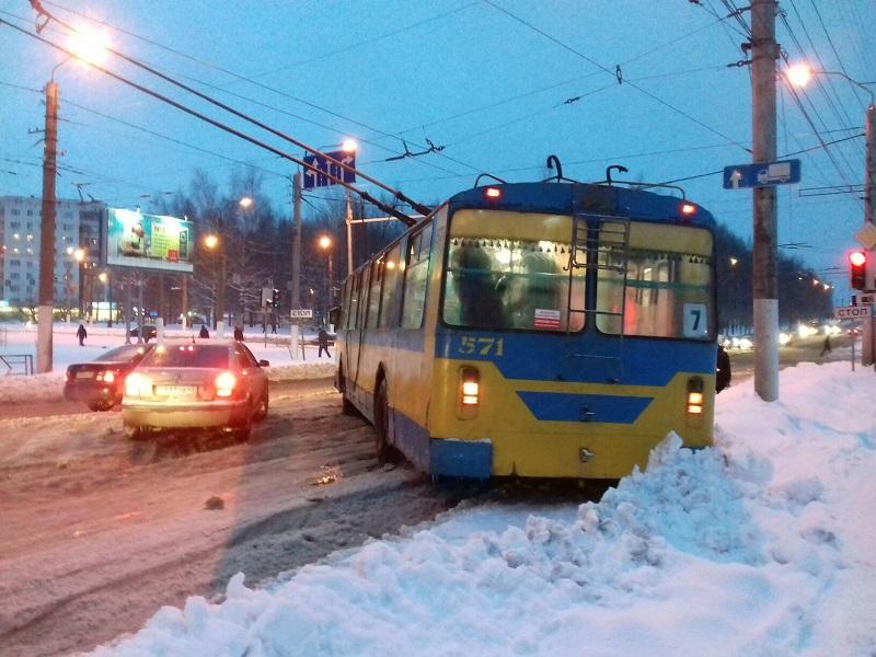В Кирове из-за снежного коллапса развернуло троллейбус (+ФОТО)