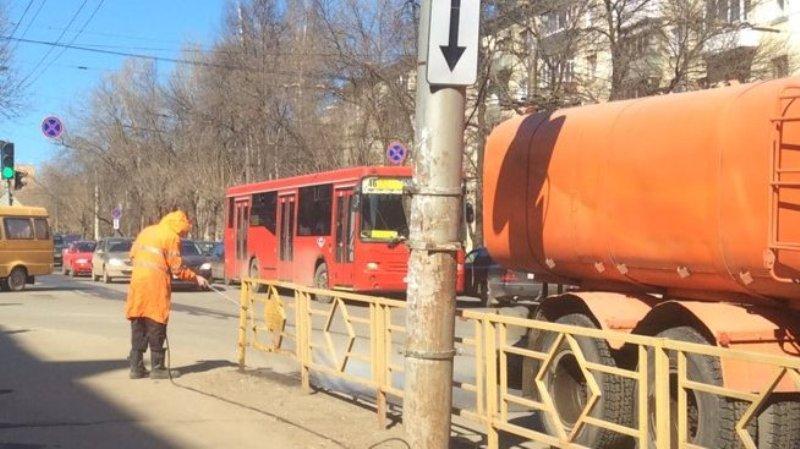 Одну из центральных улиц Кирова вымыли с шампунем