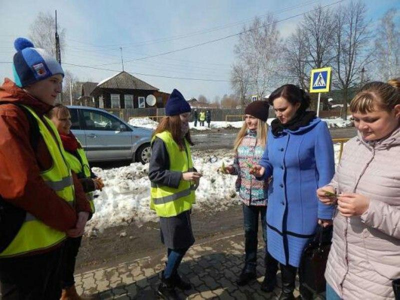 """В Омутнинске пешеходам дарили """"очки дорожной безопасности"""""""