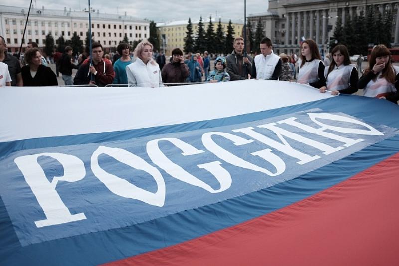 В Кирове сделали массовую фотографию с огромным Российским флагом