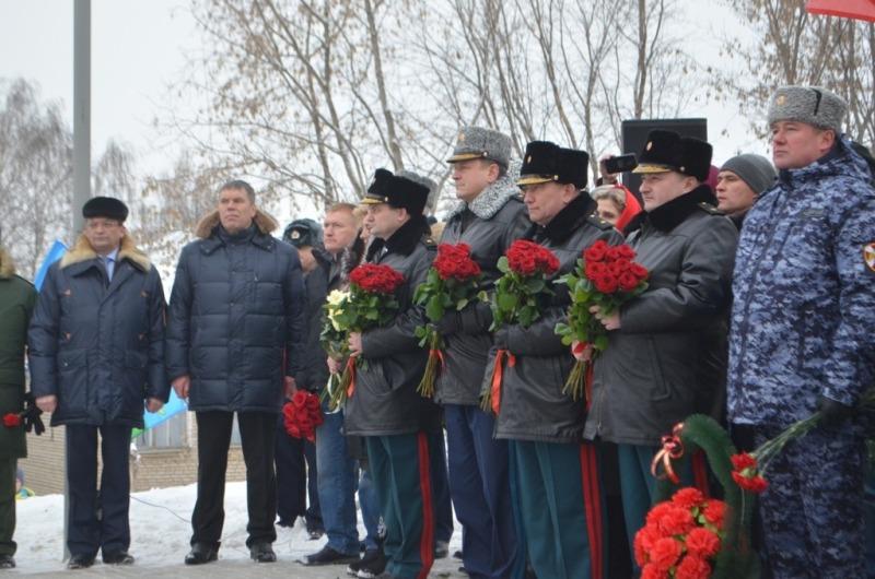 У калининской школы установили памятник Герою России