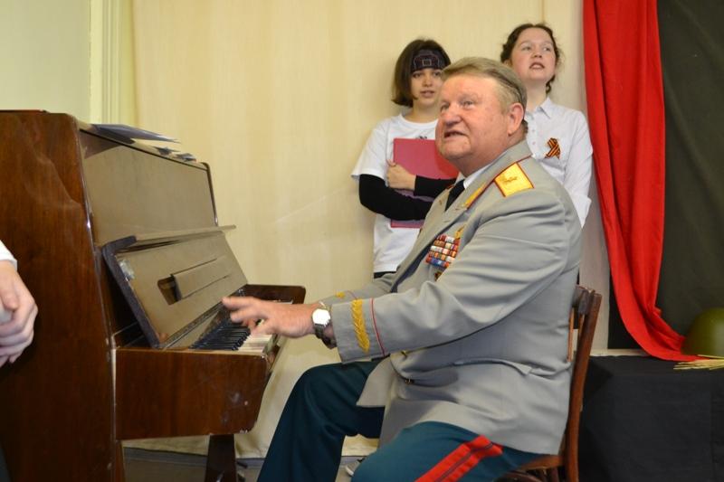 На здании Вятского художественного училища открыта мемориальная доска в честь Героя России Анатолия Дорофеева