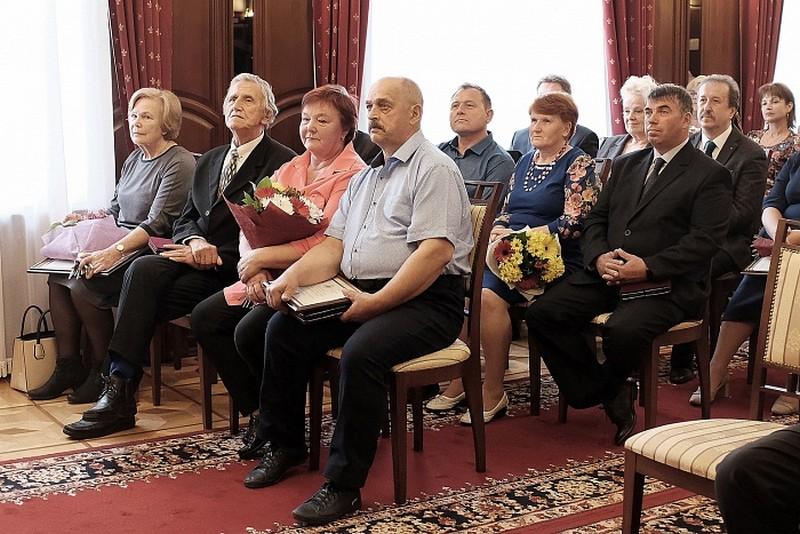 В правительстве региона состоялось вручение госнаград России и почётных знаков Кировской области