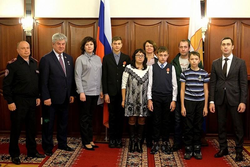 Школьников из Кировской области наградили медалями за спасение детей