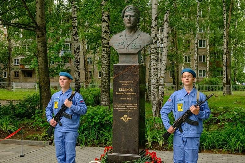 Губернатор открыл памятные бюсты героев 6-й роты