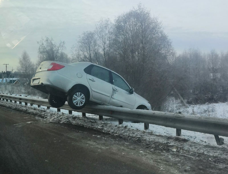 В Кировской области машина повисла на мосту