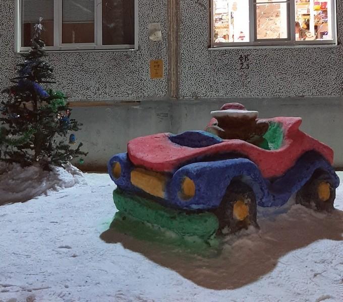 Жители Кировской области обсуждают необычный автомобиль из снега