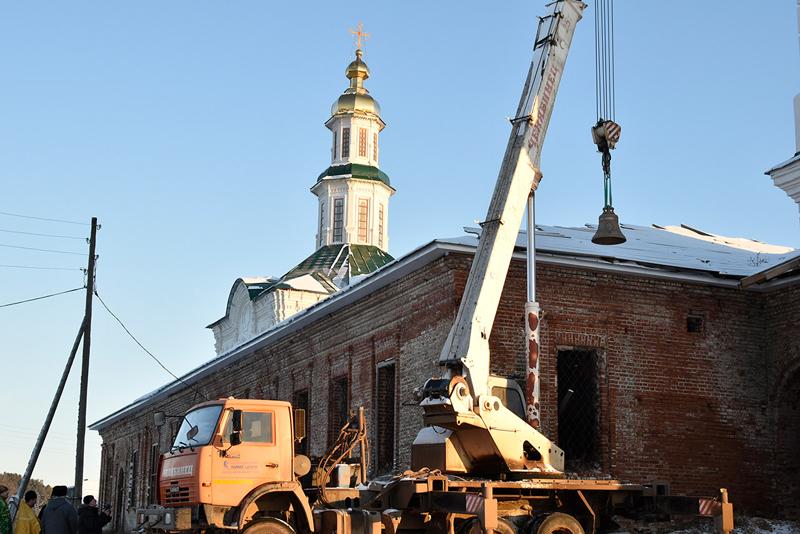 В старинной вятской церкви установили новые колокола