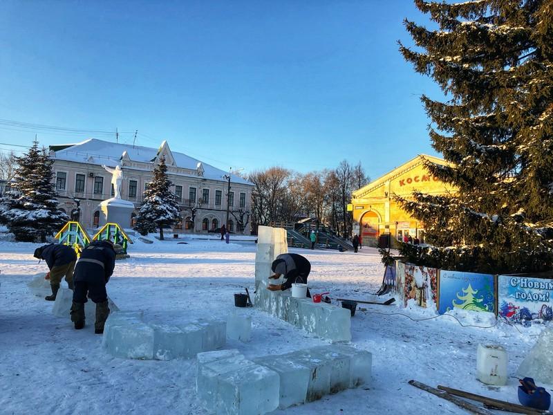 В Кировской области появился огромный снежно-ледяной бык