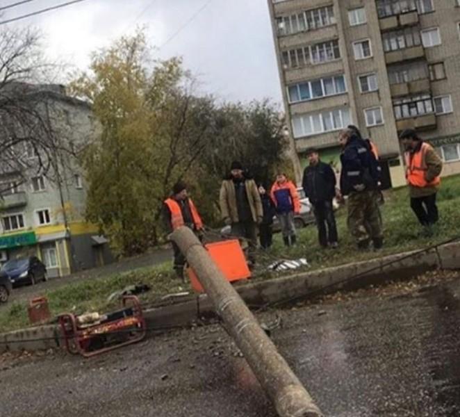 В Кирове на проезжую часть рухнул столб