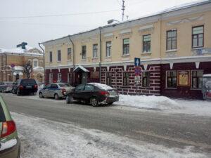 У музея Васнецовых легковушка вылетела на тротуар